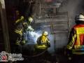 Ein Großbrand zerstörte in der Nacht zu Freitag das Baustellenlager einer Straßenbaufirma in Buchholz. Das Feuer brach aus ungeklärter Ursache aus und erfasste einen mit Gasflaschen beladenen LKW. Durch die Hitze explodierten diese und breiteten das Feuer aus. Eine Walze und ein Schaufelbagger brannten ebenfalls komplett aus. Die Feuerwehr war mit 65 Einsatzkräften im Einsatz gegen das Flammenmeer. Foto: Dominick Waldeck