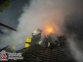 Am frühen Sonntagmorgen bemerkten Anwohner eines Einfamilienhauses eine Rauchentwicklung im Dachgeschoss ihres Einfamilienhauses am Eichberg. Die eintreffende Feuerwehr stellte einen Zimmerbrand im Dachgeschoss fest, der bereits auf Teile der Dachkonstruktion übergegriffen hatten. Eine Brandausbreitung auf die gesamte Dachstuhlfläche war kaum zu verhindern und forderte etliche (70) Einsatzkräfte. Das Schindeldach wurde an mehrere Stellen für die Brandbekämpfung geöffnet. Es wurden mehrere Rohre im Innen- und Außenagriff eingesetzt. Die Wasserversorgung stellte sich aufgrund der Lage im Naturschutzgebiet Höltigbaum als schwierig dar. Es mussten über 500m Schlauch verlegt werden. Die Löscharbeiten zogen sich bis in den späten Morgen hinein. Foto: Dominick Waldeck