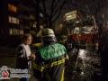 """Die Feuerwehr Hamburg veranstaltete zusammen mit der Polizei Hamburg am Mittwochabend die Aktion """"Platz für Retter"""", bei der die Sensibilität für Falschparken erhöht werden soll. Dazu ging es mit einem gtoßen Drehleiterfahrzeug durch enge Seitenstraßen auf der Suche nach falsch geparkten Fahrzeugen, die im Einsatzfall ein erhebliches Risiko darstellen. Schon in der ersten Straße stand ein PKW in einer Feuerwehrzufahrt. Ein zweiter parkte so dicht auf der Fahrbahn, dass eine Durchfahrt zur Millimeterarbeit wurde. Der erste Wagen wurde abgeschleppt. Bei dem Zweiten wohnte der Halter direkt gegenüber, sodass er auf den Misstand aufmerksam gemacht werden konnte. Er sah seinen Fehler ein und entfernte umgehend sein KFZ. An der nächsten Kreuzung standen ebenfalls zwei Fahrzeuge im Kurvenbereich, sodass eine Weiterfahrt nur mit mehrfachen Rangieren mit Einweiser möglich war. Auch die beiden Halter konnten angetroffen werden und entfernten sofort ihre Fahrzeuge.  Zuletzt wurde noch eine Feuerwehrzufahrt in der Straße Moorgrund überprüft. Bei diesem Objekt kam es in letzter Zeit öfters zu verheerenden Feuern, bei dem mehrere Menschen verletzt wurden. Auch heute war die Feuerwehrzufahrt wieder dicht geparkt, was zu einer lebensbedrohlichen Situation führen kann. Die Feuerwehr und Polizei werden in Zukunft weitere Aktionen dieser Art durchführen. Foto: Dominick Waldeck"""