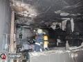 In einem Shúshi Restaurant und Lieferdienst ist am Sonntagmittag die Küche aus ungeklärter Ursache ausgebrannt. Das Feuer ging vom Herd aus und breitete sich auf die gesamte Küche aus. Mit zwei C-Rohren im Zangenangriff konnte die Feuerwehr das Feuer schnell löschen und Schlimmeres verhindern. Die Gastronomie war zum Zeitpunkt des Feuers geschlossen. Foto: Dominick Waldeck