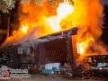 Der stellvertretende Amtsleiter der Feuerwehr Hamburg, Stephan Wenderoth, war gerade auf seiner abendlichen Joggingrunde, als er plötzlich Rauch von einem Grundstück vernahm. Er machte sich auf zur Erkundung und alarmierte seine Kollegen. Die Ersteintreffenden Kräfte fanden ein Feuer in einem Holzhaus mit einer Fläche von ca. 120m² vor. Mehrere Rohre im kombinierten Innen- und Außenangriff wurden aufgebaut um eine Ausbreitung zu verhindern. Der Innenangriff musste jedoch nach kurzer Zeit aufgrund zu starker Hitzeentwicklung abgebrochen werden. Im Verlauf kam es zu weiteren Durchzündungen, die das Haus letztendlich in Vollbrand stehen ließen. Mit mehrere Rohren im Außenangriff konnte die Feuerwehr der Lage Herr werden. Schwierigkeiten machte aber der nicht erreichbare Dachboden und die schwere Zugänglichkeit. Ein Radlader des THW wurde für Nachlöscharbeiten angefordert. Foto: Dominick Waldeck