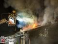 Aus bislang unbekannter Ursache brach in der Nacht zu Samstag in der Middeltwiete ein Feuer aus. Das Feuer brach vermutlich auf der Rückseite eines Zweifamilienhauses aus und fraß sich über die Fassade in den Dachstuhl, der auf einer Hälfte komplett ausbrannte. Die Feuerwehr war mit ca. 50 Einsatzkräften vor Ort im Kampf gegen die Flammen. Zur besseren Löschwirkung mussten Dachziegel und die Dämmung der Dachhaut entfernt werden. Verletzt wurde bei dem Feuer zum Glück niemand. Foto: Dominick Waldeck