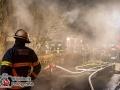Am späten Mittwochabend bemerkten Anwohner der Boysheide in HH-Langenhorn Flammenschein und eine massive Rauchentwicklung aus einem Bungalow. Die Feuerwehr alarmierte auf Grund der Vielzahl an Anrufen gleich ein größeres Kräfteaufgebot zur Einsatzstelle. Bei Eintreffen der ersten Kräfte versuchten die Bewohner, ein Renterpärchen (85 und 86 Jahre), noch mit einem Gartenschlauch den Brand zu  löschen. Doch das Feuer hatte sich schon zu doll ausgebreitet. Sie kamen mit dem Verdacht einer Rauchgasinhalation in ein Krankenhaus. Das Feuer konnte mit mehreren Rohren im Innen- und Außenangriff bekämpft werden. Um auch letzte Glutnester ablöschen zu können, musste die Dachhaut mit Spezialsägen aufgenommen werden. Foto: Dominick Waldeck