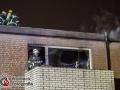 Ein trockener Tannenbaum löste am Samstagabend Großeinsatz für die Feuerwehr in Hamburg-Rahlstedt aus. Der Baum fing aus bislang unbekannter Ursache Feuer und der Bewohner wollte es noch löschen. Als der Bewohner wieder ins Wohnzimmer mit einer Löschdecke kam, stand bereits das Zimmer in Vollbrand. Der Löschversuch musste abgebrochen werden und der Mann rettete sich ins Freie. Er kam später mit einer Rauchgasinhalation in ein Krankenhaus. Die anrückende Feuerwehr nahm die Brandbekämpfung mit je einem Rohr im Innen- und Außenangriff vor. Zeitgleich wurde das Haus evakuiert. Da sich der Rauchschon ausgebreitet hatte, mussten insgesamt vier weitere Personen versorgt werden. Zwei davon kamen ebenfalls in eine Klinik. Das Feuer hatte sich derweil durch die Schilfdecke in das Dach gefressen, sodass Teile der Dachhaut geöffnet werden mussten. Die Feuerwehr war mit ca. 40 Einsatzkräften vor Ort. Foto: Dominick Waldeck