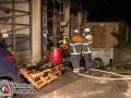 Durch einen brennenden Palettenstapel kam es in Hamburg-Wandsbek beinahe zu einem Großfeuer. Durch die Hitze des Feuers zerbarsten die Scheiben eines Reifenhändlers und das Feuer gelangte in den Lagerraum. Mehrere Reifen fingen an zu brennen. Passanten entdeckten das Feuer und alarmierten die Feuerwehr. Durch schnelles Eingreifen über mehrere Rohre konnte das Feuer schnell bekämpft werden. Das Reifenlager musste teilweise unter Atemschutz ausgeräumt werden, da einzelne Glutnester nicht ausgeschlossen werden konnten. Foto: Dominick Waldeck