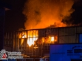 Ein Großfeuer zerstörte Teile einer 2000m² großen Lagerhalle. Die Lagerhalle war mit mehrere Etagen aufgebaut. Es brannten eine Werkstatt und ein Lagerraum vollständig aus. Das Hallendach stürzte teilweise ein. Die Feuerwehr war mit mehr als 70 Rettern im Einsatz. Foto: Dominick Waldeck