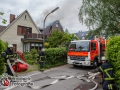 Ein Feuer zwerstörte am Mittwochmittag den Dachstuhl eines Mehrfamilienhauses in Hamburg-Wellingsbüttel.  Die Feuerwehr war mit einem Großaufgebot von ca. 70 Einsatzkräften zur Stelle um den Brand unter Kontrolle zu bekommen. Bei den Löscharbeiten bekam ein Feuerwehrmann Kreislaufproblem und musste rettungsdienstlich versorgt werden. Er musste glücklicherweise nicht in ein Krankenhaus. Das Feuer wurde mit je zwei C-Rohren im Innen- und Außenangriff über Drehleiter bekämpft. Auslöser für das Feuer waren möglicherweise Schweißarbeiten an einem Balkon die heute durchgeführt wurden. Dies ist nun Ermittlung der Polizei. Foto: Dominick Waldeck