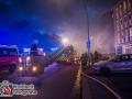 Am späten Donnerstagabend bemerkten Anwohner der Dithmarscher Straße in Hamburg-Dulsberg eine starke Rauchentwicklung in ihrem Haus. Die alarmierte Feuerwehr stellte massiven Rauch im Keller- und Erdgeschossbereich sowie im Dachbereich fest und begann mit der Rettung der vom Rauch eingeschlossenen Menschen. Zwei Personen wurden über Drehleiter gerettet, drei weitere über das verqualmte Treppenhaus. Dabei kamen sogenannte Brandfluchthauben zum Einsatz. Das Feuer konnte schließlich im Keller lokalisiert und gelöscht werden. Mit etwa 60 Einsatzkräften war die Feuerwehr Hamburg vor Ort.  Foto: Dominick Waldeck
