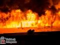 Anwohner meldeten gegen 22:25 Uhr eine Rauchentwicklung aus einer Druckerei in der Hohenfelder Allee. Beim Eintreffen der ersten Kräfte waren bereits offene Flammen im Gebäude zu erkennen. Sofort wurde die Alarmstufe auf FEU2 erhöht. Das Feuer breitete sich rasant aus und es kam zu mehreren Durchzündungen. Eine Person, die noch versucht hatte erste Löschmaßnahmen durchzuführen, kam mit einer Rauchgasinhalation in ein Krankenhaus. Durch die hohe Brandlast im Inneren des Gebäudes und den meterhohen Flammen war die Brandbekämpfung für die Feuerwehr sehr aufwendig und kräfteintensiv, sodass auf FEU3 erhöht wurde. Foto: Dominick Waldeck