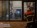 Zu einer ausgelösten Brandmeldeanlage rückte der Kurzzug der Feuer- und Rettungswache Sasel kurz nach Mitternacht in den Poppenbüttler Bogen aus. Bei Eintreffen war eine Rauchentwicklung in einem Lagerbereich des Gebäudekomplexes feststellbar. Daraufhin wurden zwei Freiwillige Feuerwehren zur Unterstützung alarmiert. Mit vereinten Kräften gelang es den Feuerwehrmänner den Brandherd zu lokalisieren und zu löschen. Zum Glück brannte nur Bleiakkus und nicht die im Nachbarraum befindlichen Lithium-Ionen-Akkus, die sich nicht mit Wasser löschen lassen. Der Lagerraum wurde stark in Mitleidenschaft gezogen. Warum das Feuer ausbrach ist noch unklar. Erst vor einer Woche wurden die Steckdosenleisten der Ladegeräte durch eine Fachfirma überprüft. Foto: Dominick Waldeck