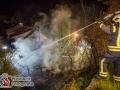 Am Dienstagabend kam es in Escheburg im Herzogtum Lauenburg zu einem größeren Feuer an der B5(alte Landstraße). Es brannten zwei PKW Mercedes und Volvo unter einem Carport.  Bei Eintreffen der Escheburger Feuerwehr standen beide Autos sowie das Carport in Vollbrand. Das Feuer griff durch die enorme Hitzestrahlung auch auf den Dachstuhl eines anliegenden Wohnhauses über. Vollalarm für 4 Feuerwehren aus Escheburg, Börnsen, Kröppelshagen-Fahrendorf und Geesthacht. Es waren um die 80 Einsatzkräfte im Einsatz, die mit mehreren Rohren den Brand bekämpften. Die Brandursache ist nun Ermittlungssache der Polizei. Foto: Dominick Waldeck