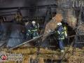 Am späten Mittwochabend kam es am Curslacker Deich zu einem Feuer in einem Reetdachhaus. Bei Eintreffen der Kräfte stand der Dachstuhl bereits in hellen Flammen. Mit 3 C-Rohren und einem Wenderohr über Drehleiter konnte man dem Feuer Einhalt gewähren. Das reetgedeckte Dach musste anschließend in mühevoller Arbeit abgetragen werden. Am Mittag kam es schon einmal zu einem Brand an diesem Haus. Dort brannte das Reet im Bereich des Schornsteins. Inwiefern ein Zusammenhang besteht ist noch fraglich. Foto: Dominick Waldeck