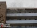 Aus bislang unbekannter Ursache kam es in der Washingtonallee zu einem Zimmerbrand. Der Bewohner der Wohnung war zum Glück nicht zuhause, sodass niemand verletzt wurde. Die Feuerwehr konnte über den Laubengang des Mehrfamilienhauses in die Wohnung eindringen und den Brand bekämpfen. Foto: Dominick Waldeck
