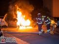 In HH-Steilshoop kam es in der Nacht zu einem Feuer auf einem Parkdeck. Ein Opel Astra fing aus bislang ungeklärter Ursache Feuer und brannte im vorderen Teil komplett aus. Durch das schnelle Eingreifen der Feuerwehr konnte eine Ausbreitung auf nebenstehende Fahrzeuge verhindert werden. Die Ursachenermittlung hat nun die Polizei aufgenommen. Foto: Dominick Waldeck