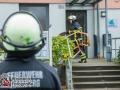 Bei einem Zimmerbrand in einer Begegnungsstätte für Menschen in psychosozialen Krisen wurde eine Frau getötet. Die, durch die Brandmeldeanlage alarmierten, Feuerwehrkräfte fanden bei Eintreffen einen Zimmerbrand im Dachgeschoss vor und erhöhten die Alarmart auf Feuer mit Menschenleben in Gefahr. Schnell konnte eine Person aus der Wohnung gerettet werden. Sie wurde notärztlich versorgt, erlag vor Ort aber noch ihren schweren Verletzungen. Das Feuer wurde mit einem Rohr unter Kontrolle gebracht. 17 weitere Bewohner wurden im Großraumrettungswagen betreut. Die Brandursache ist noch unklar. Foto: Dominick Waldeck