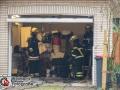 Gegen ca. 11 Uhr wurden mehrere freiwillige Feuerwehren von der Berufsfeuerwehr in die Brockdorffstraße nachalarmiert. Aus bislang unbekannter Ursache drückte Abwasser durch Toiletten und Abflüße zurück in die Wohnhäuser. Betroffen waren vier Einfamilienhäuser. Die Feuerwehr war mit 34 Mann im Einsatz gegen die Wassermassen. Es kam zu einer starken Geruchsbelästigung. Die Brockdorffstraße musste voll gesperrt werden. Foto: Dominick Waldeck