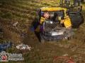 Eine Frau aus dem Kreis Pinneberg wurde am Freitagabend bei einem Autounfall schwer verletzt. Sie befuhr gegen 22:15Uhr die L106 aus Appen in Richtung Moorrege als sie nach rechts von der glatten Straße kam. Der Ford Fiesta fuhr in den Graben und überschlug sich mehrfach. Das Auto blieb auf einem matschigem Feld stehen. Die anrückende Feuerwehr musste schweres technisches Gerät einsetzen um die Frau aus dem Unfallwrack zu befreien. Dazu müssten in Absprache mit dem Notarzt, der die Frau stabilisierte, das Dach sowie die Türen entfernt werden. Erschwerend kam hinzu, dass das Feld durch den anhaltenden Regen sehr matschig war und kaum Halt für die Einsatzkräfte bot. Nach einer Stunde konnte das Opfer befreit und in den Rettungswagen gebracht werden. Die Frau kam mit Notarztbegleitung in ein Unfallkrankenhaus. Die L106 wurde für mehrere Stunden voll gesperrt. Foto: Dominick Waldeck