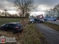 Die Fahrerin eines schwarzen SUVs übersah beim Einbiegen auf die B432 bei Itzstedt einen in Richtung Hamburg fahrenden Golf. Es kam zur Kollision und die Beifahrin wurde in dem Golf eingeklemmt. Feuerwehrkräfte befreiten die Frau mit schwerem technischen Gerät aus ihrer Zwangslage. Sie kam schwer verletzt in ein Krankenhaus. Ihr Mann kam leicht verletzt ins Krankenhaus. Die Fahrerin des SUVs wurde ebenfalls schwer verletzt und musste in ein Krankenhaus befördert werden. Foto: Dominick Waldeck