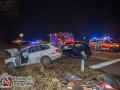 Am frühen Dienstagmorgen kam es auf der Kreuzung Kohtla-Järve-Straße Ecke Beim Umspannwerk zu einem schweren Verkehrsunfall. Zwei VW Golfs kollidierten und rutschten in den Straßengraben. Die Fahrerin des blauen Golfs hatte scheinbar den weißen Golf übersehen und bog auf die Kohtla-Järve-Straße. Der Golffahrer konnte nicht mehr bremsen und es kam zur Kollision. Die Golffahrerin musste durch die Feuerwehr aus dem Auto befreit werden. Beide kamen verletzt in ein Krankenhaus. Foto: Dominick Waldeck