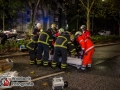 Auf der Sievekingsallee leistete sich ein BMW 5er ein mutmaßliches Rennen mit einem Audi A6. Bei der Fahrt kam es zu einem Unfall zwischen den beiden Fahrzeugen.  Der BMW wurde gegen einen Baum geschleudert. Zwei Männer wurden auf der Beifahrerseite über eine Stunde eingeklemmt und mussten mit schwerem technischen Gerät befreit werden. Die stabile Karosse war eine Herausforderung für die Feuerwehr, so Einsatzleiter Holger Feldmann. Alle vier Insassen kamen in ein Krankenhaus. Das Hinterrad des Audis riss durch die Wucht des Aufpralls ab und schleuderte auf die Gegenfahrbahn, das Fahrzeug selbst blieb nach knapp 130m völlig demoliert stehen. Wie durch ein Wunder wurden die drei Insassen nur leicht bzw. gar nicht verletzt. Die Sievekingsalle musste für mehrere Stunden voll gesperrt werden. Die Polizei hat die Ermittlungen zur Unfallursache aufgenommen. Unterstützt wird sie dabei durch einen Sachverständigen der DEKRA. Foto: Dominick Waldeck