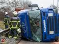Ein LKW kippte am Samstagnachmitag auf der Finkenwerder Straße in einer Linkskurve um. Der Fahrer kam mit dem Schrecken davon. Wie es zu dem Unfall kam, ist bislang nicht geklärt. Die Straße wurde auf eine Spur reduziert und es kam zwischenzeitlich zu leichten Staus. Foto:Dominick Waldeck