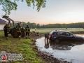 Eine 55-jährige Frau aus Hamburg war am frühen Sonntagmorgen mit ihrem BMW 1er in Hamburg auf Unfallfahrt. Zuerst fuhr sie auf einen anderen PKW am Krohnstieg auf und flüchtete dann ohne zu halten. Die Frau schaffte es bis in den Meiendorfer Mühlenweg und geriet in einer Rechtskurve von der Fahrbahn ab. Sie durchbrach zwei Gartenzäune und landete schließlich in einem Teich. Ein Feuerwehrmann in einer Wathose rettete die Unfallfahrerin. Bei der Untersuchung stellte der Notarzt fest, dass die Frau verwirrt und eine neurologische Erkrankung nicht auszuschließen sei. Die Frau kam in ein Krankenhaus. Mit dem Traktor des Anwohners wurde dann noch der PKW aus dem Teich geborgen und zur Straße geschleppt. Foto: Dominick Waldeck