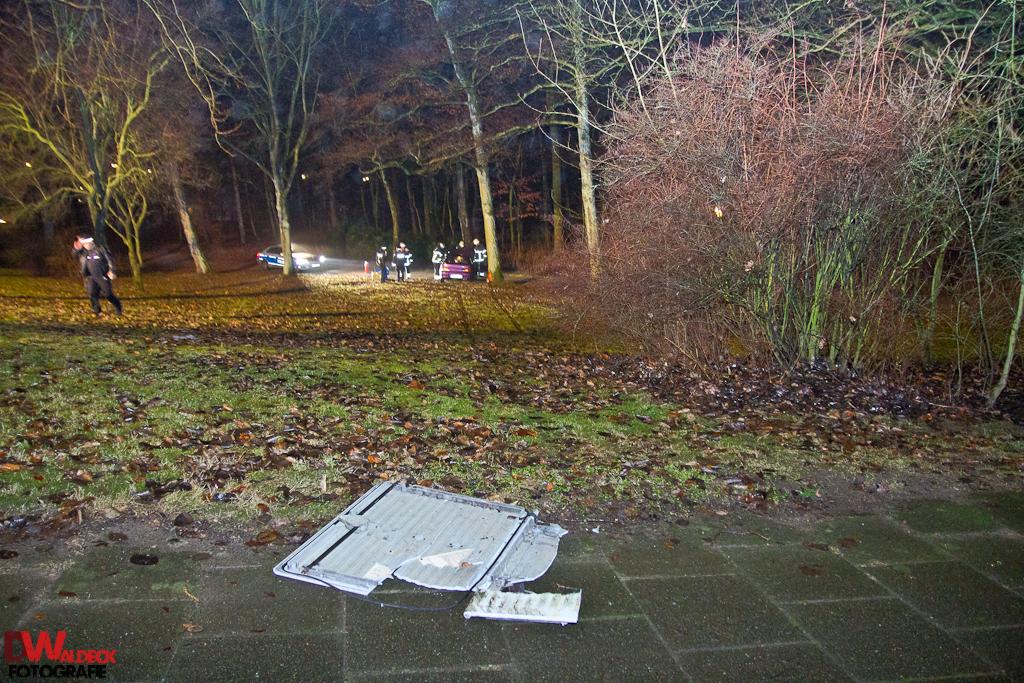 PKW_landet_kopfueber_in_Stadtpark_14