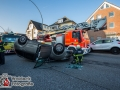 Ein 86-jähriger Mann wollte mit seinem Mercedes aus einer Ausfahrt in die Fabriciusstraße einbiegen. Dabei übersah er scheinbar einen herannahenden Citroen und es kam zur Kollision. Der Citroen geriet ins Schleudern und überschlug sich. Das Fahrzeug blieb auf dem Dach liegen, aber der Fahrer konnte sich aus eigener Kraft befreien. Wie durch ein Wunder erlitt er nur eine Schürfwunde an der Hand. Der Rentner hingegen raste mit seinem Mercedes gegen ein parkendes Auto auf der gegenüber liegenden Seite und schob es auf den Gehweg. Er durchbrach eine Hecke und setzte dann aus unerklärlicher Weise ca. 10m zurück. Er wurde ebenfalls leicht verletzt. Foto: Dominick Waldeck