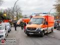 Am Sonntagmittag kam es auf dem Ruwoldtweg in Hamburg-Steilshoop zu einem schweren Verkehrsunfall. Ein Mercedesfahrer verlor aus bislang ungeklärter Ursache die Kontrolle über sein Fahrzeug und fuhr in einer Linkskurve geradeaus in ein Bürogebäude. Der Fahrer wurde so schwer verletzt, dass er reanimiert werden musste. Sein Beifahrer und eine Frau auf der Rücksitzbank wurden ebenfalls schwer verletzt. Bei der Durchsung des Fahrzeuges fanden Polizisten Drogen und mehrere Hundert Euro in Bar. Ob Drogen für den Unfall verantwortlich waren, ist Gegenstand der polizeilichen Ermittlungen. Foto: Dominick Waldeck