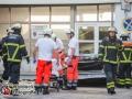Ein 88-jähriger Autofahrer stürzte aus bislang unbekannter Ursache mit seinem Pkw aus einem Parkhaus des Mundsberg Center in Hamburg Barmbek. Den Sturz von ca. 15m überlebte der Mann nicht. Die Leichenbergung gestaltete sich schwierig, da das Autowrack auf weniger als einen Meter Höhe zusammengestaucht war. Ein Kriseninterventionstem betreute die Augenzeugen des Unfalls. Foto: Dominick Waldeck