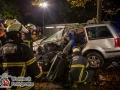 Am späten Sonntagabend kam es auf der Bergstedter Chaussee zu einem schweren Verkehrsunfall. Ein Hamburger geriet aus bislang ungeklärter Ursache nach von der Fahrbahn. Sein VW Golf touchierte dabei einen Straßenbaum bevor dieser gegen eine Laterne prallte. Das Fahrzeug flog weiter bis in eine Einfahrt, wo es auf einen Stapel Gehwegplatten zum Stehen kam.  Die Peitschenlaterne fiel um. Der Fahrer wurde stark in seinem deformiertem PKW eingeklemmt und musste durch die Feuerwehr mittels hydraulischen Rettungsgerät befreit werden. Er kam  schwerstverletzt in ein Notfallkrankenhaus. Weitere Personen wurden nicht in Mitleidenschaft gezogen. Foto: Dominick Waldeck