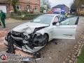 Auf der Dorfstraße in Bünningstedt/Ammersbek kam es am Samstagmorgen zu einem schweren Unfall zwischen zwei PKWs. In einer scharfen Rechtskurve verlor ein BMW 5er die Kontrolle und geriet in den Gegenverkehr. Der entgegenkommende Skoda versuchte noch über den Grünstreifen auszuweichen, doch es kam zur Kollision. Zwei weibliche Insassen des BMWs wurder schwerer verletzt und mussten in ein Krankenhaus befördert werden. Die restlichen 3 Insassen sowie der Skoda Fahrer verblieben mit einem Schock an der Unfallstelle. Auslöser für den Kontrollverlust war vermutlich der Kontakt zum Bordstein und die Fahrbahnverhältnisse aufgrund des leichten Nieselregens.  Foto: Dominick Waldeck