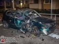Am frühen Samstagmorgen gegen 04 Uhr kam es auf der Tilsiter Straße zu einem folgeschweren Unfall.  Ein Motorradfahrer fuhr mit seinem Motorrad scheinbar ungebremst gegen einen Polo. Hinzu kam, dass der Polo ersten Erkenntnissen nach links in die Straße Voßkuhlen abbiegen wollte. Vermutlich wurde das Motorrad übersehen und es kam zur Kollision. Der Motorradfahrer wurde über das Auto geschleudert und prallte gegen eine Ampel. Er verstarb noch bevor die Retter eintrafen. Seine 19-jährige Sozia wurde etwa 25 Meter weit auf die Straße geschleudert.  Sie wurde durch einen Notarzt stabilisiert und kam mit einem Polytrauma in ein Notfallkrankenhaus. Die drei Insassen des Polos konnten durch Ersthelfer aus dem Wrack befreit werden. Sie kamen ebenfalls mit Verletzungen in ein Krankenhaus. Anhand der Verformung am Auto kann man von Glück sprechen, dass es hier nicht noch mehr Tote gegeben hat. Foto: Dominick Waldeck
