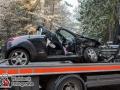 Aus bislang unbekannter Ursache kam es auf der Kreuzung Glashütter Weg/Forstweg zu einem schweren Unfall. EIn VW Bus kollidierte mit einem Ford Ka. Eine Person wurde in dem Ford eingeklemmt und musste von der Feuerwehr befreit werden. Sie kam mit einem Notarzt in ein Krankenhaus. Foto: Dominick Waldeck