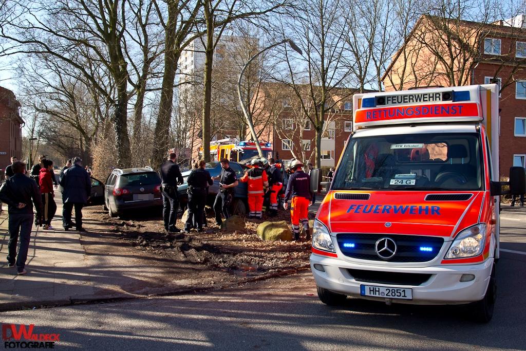 Verkehrsunfall in Berne 1 Person eingeklemmt