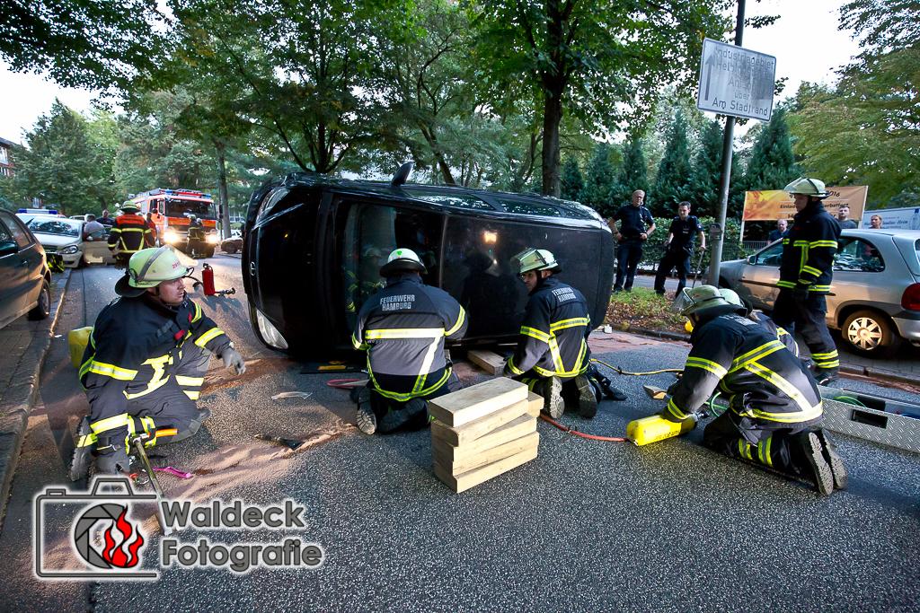 27.09.2016 - ca. 19 Uhr Schwerer VU Walddörferstraße PKW auf Seite