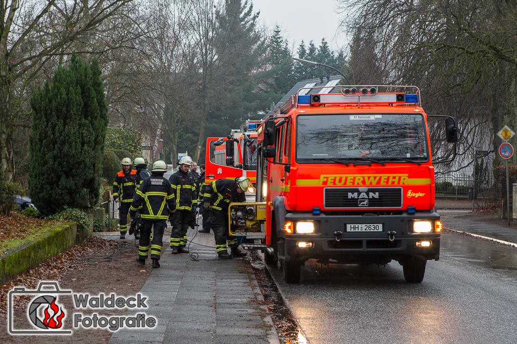 10.12.2016 - ca. 11 Uhr - Hamburg-Rahlstedt - Abwasser drückt dank Verstopfung in Wohnhäuser - Feuerwehr im Großeinsatz