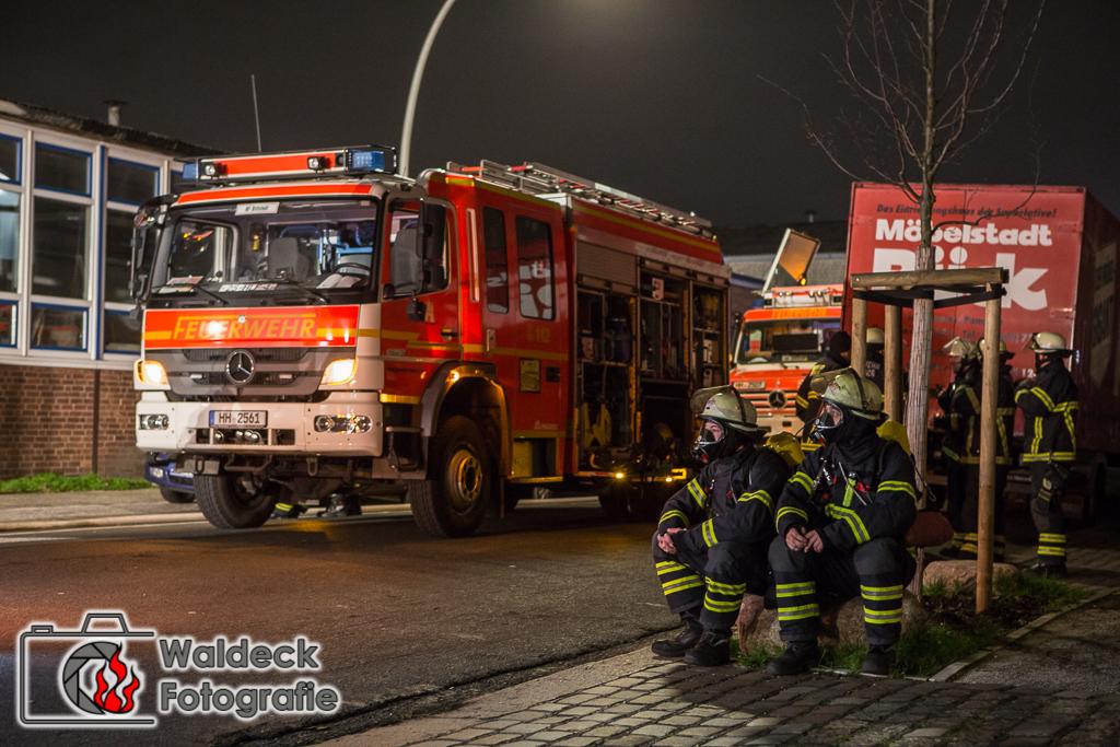 19.12.2016 - 04:20 Uhr - Hamburg-Billbrook - Feuer im Musikprobenraum im Kreuzbrook 2. Alarm