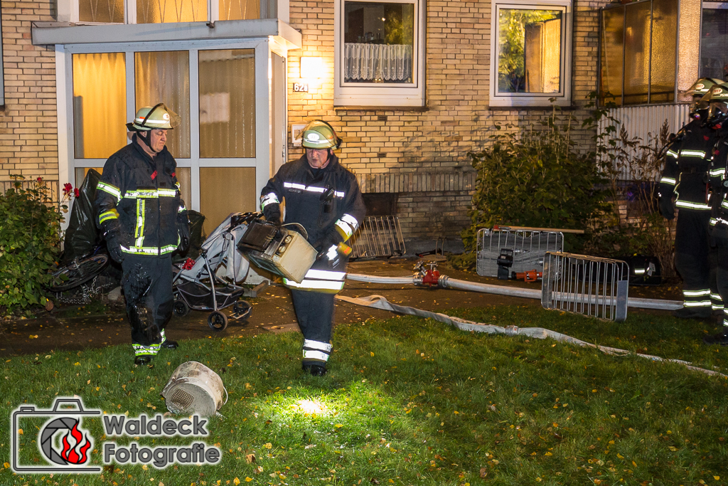 Feuer Schock am sten Abend - Waschmaschine fängt Feuer - Feuerwehr evakuert Gebäude