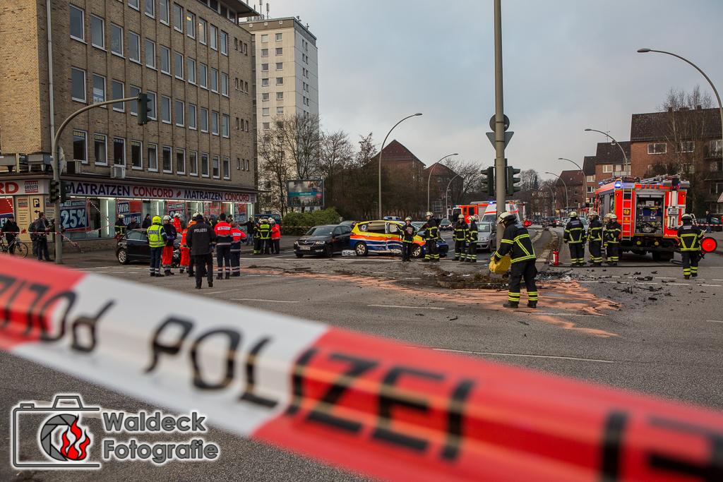 Hamburg-Barmbek 21.12.2016 - 09:45 Uhr - Schwerer Unfall mit 5 Verletzten