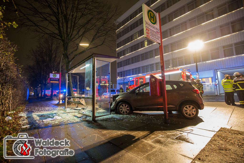 Hamburg 22.12.2016 17:30 Uhr - Ausschläger Weg. Pkw rast in Bushaltestelle