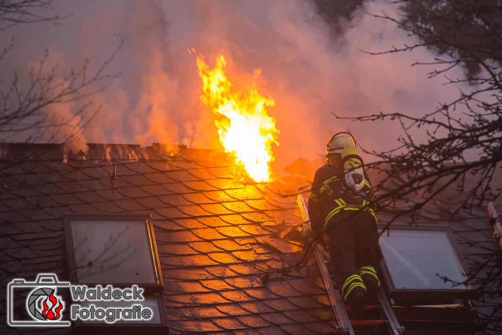 08.01.2017 - 05:00 Uhr - Hamburg-Rahlstedt - Dachstuhlbrand zerstört Einfamilienhaus im Höltigbaum