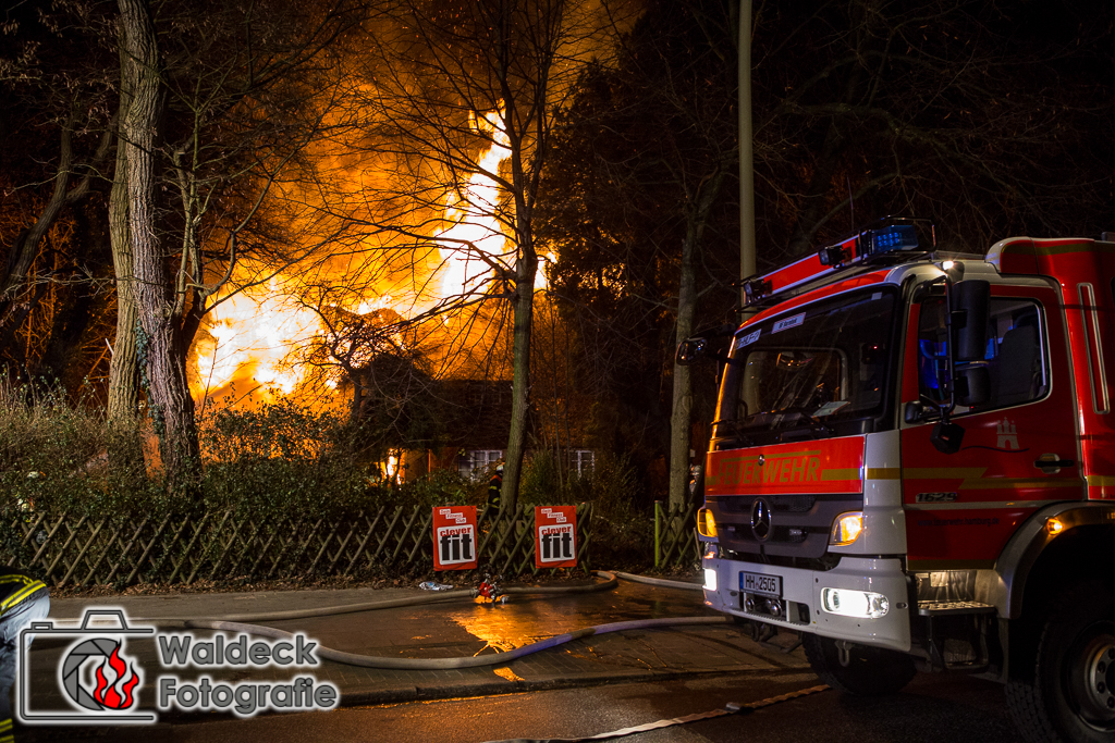 EXKLUSIV! 05.01.2017 23:30Uhr - Hamburg-Langenhorn - Grossfeuer zerstört Reetdachhaus