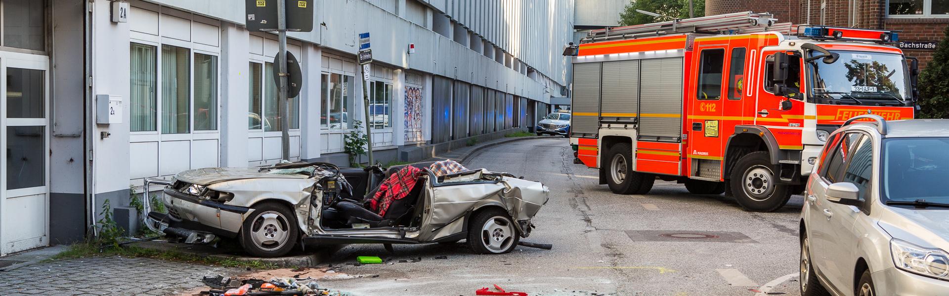 26.06.2018 – PKW stürzt aus Parkhaus – Fahrer stirbt