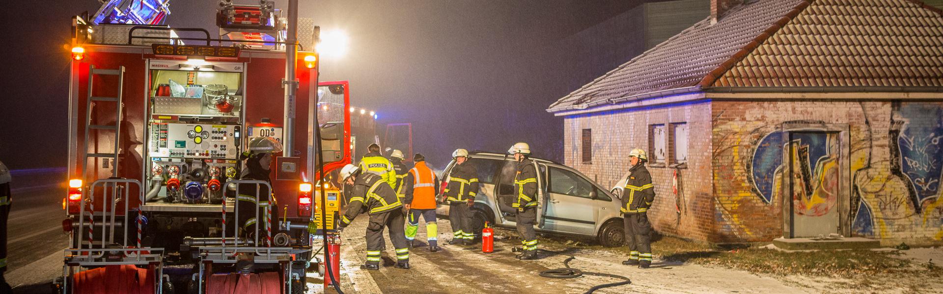 25.01.2019 – LKW rammt PKWs von eisglatter Autobahn