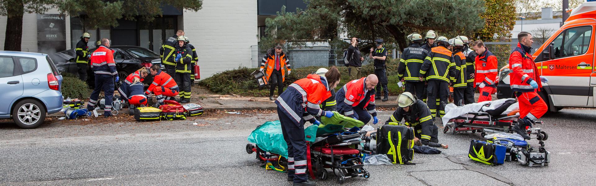 03.11.2019 – Mercedes kracht gegen Hauswand