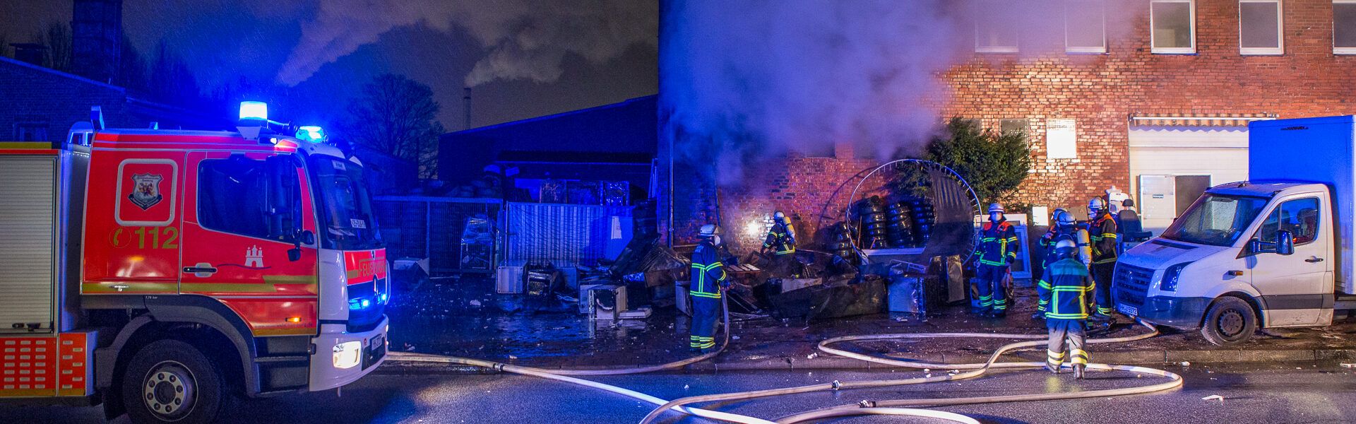 28.12.2020 – Feuer vor Lagerhalle weitet sich aus