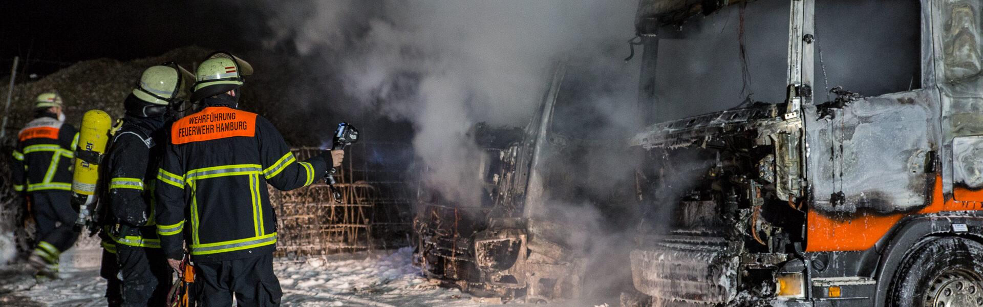 08.02.2021 – Zwei Laster am Stenzelring in Brand gesteckt