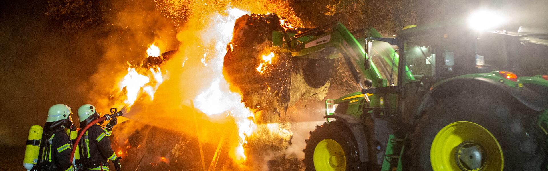 01.08.2021 – 60 Strohballen brennen auf Erdbeerfeld