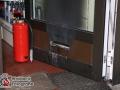 Unbekannte verübten in der Nacht zu Donnerstag einen Brandanschlag auf die Esso Tankstelle am Fasanenweg Ecke Schierenberg. Sie schlitzten ein auf der Tankstelle geparktes BMW Cabrio auf und warfen brennende Materialien in den Innenraum. Am Verkaufsraum der Tankstelle brachen sie den Briefschlitz heraus und füllte Benzin von der Tanksäule in den Verkaufsraum. Das Benzin wurde danach scheinbar entzündet. Glücklicherweise gingen die Brandherde vor Ankunft der Feuerwehr von Alleine aus, sodass kein größerer Schaden entstand. Dennoch wurde der PKW und der Verkaufsraum durch eine starke rauchentwicklung schwer beschädigt. Eine Sofortfahndung der Polizei blieb ergebnislos. Die Ermittlungen wurden aufgenommen. Foto:Dominick Waldeck